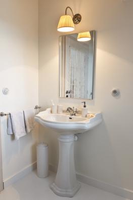 Také koupelna, vybavená umyvadlem, WC  a sprchou, má romantického ducha.