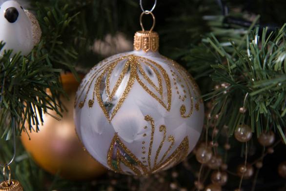 Baňka je nyní hotová, připravená vykouzlit ducha Vánoc ve vašem domově. Stačí jen zavěsit na stromeček a těšit se z umění českých sklářů firmy Glassor.
