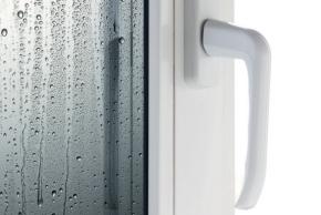 Orosená okna – varovný signál problémů s vlhkostí