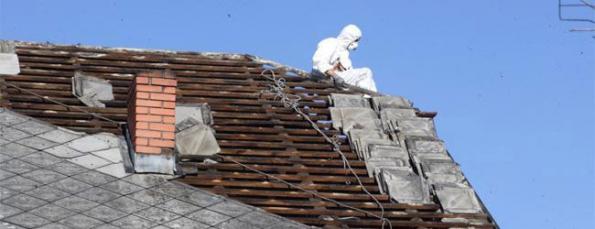 Při výměně staré eternitové střechy dodržujte normy bezpečnosti práce...