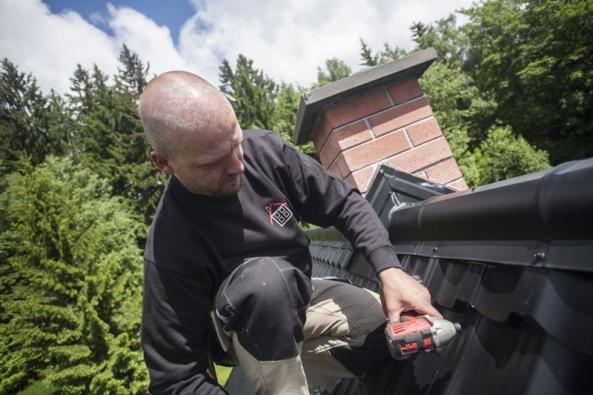Klempíř Pavel Haba při práci na nové ocelové střeše.