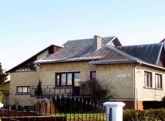 Před rekonstrukcí. Stará střecha z vlnitých azbestocementových desek.