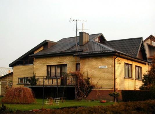 Po rekonstrukci. Starou eternitovou střechu majitel vyměnil za novou.