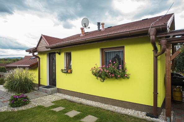 Záliba majitelů vpestrých barvách je vidět inafasádě domu. Bungalov se při pohledu zvenku zdá malý, ale vnitřní uspořádání poskytuje komfortní bydlení pro 3–4člennou rodinu anejlépe se hodí donízké zástavby.