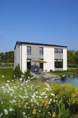 Plnohodnotná výška místností vdruhém patře přináší více prostoru imožnost využít dům CLASSIC CITY pro dvougenerační bydlení nebo podnikání. Unikátní řešení střešní konstrukce zvyšuje již tak bohatou nabídku užitné plochy.