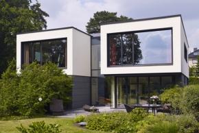 Projekt rodinného domu vychází z požadavku klienta prostory co nejvíce otevřít směrem k jezeru. Nerušený výhled zprostředkovávají úzké okenní a fasádní profily Schüco.