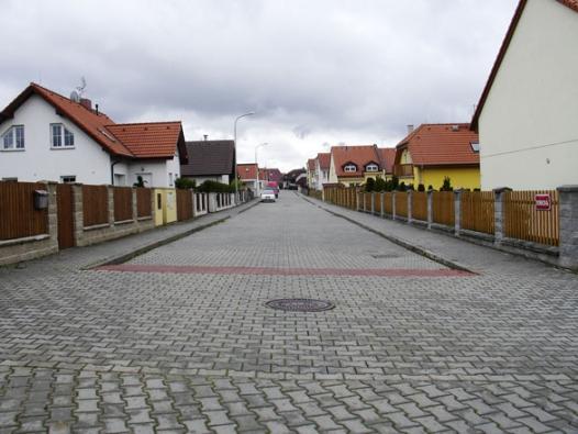 Ulice v obytném satelitu ve stejném městě, jako ulice se stromořadím výše