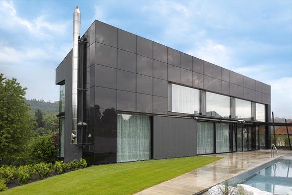 Jižní fasáda domu je tvořena fotovoltaickými panely doplněnými sklem stejné barvy, vinteriéru však nechybí ani přírodní materiály, jako je mramor či dubové dřevo.