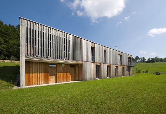 Jednoduchý hranol volně pracuje se základními principy původní šumavské architektury.