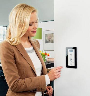 Řada vypínačů Merten je velmi flexibilní avariabilní asnadno se přizpůsobí požadavkům interiéru vašeho domova. Rámečky akryty lze mezi sebou snadno měnit akombinovat (SCHNEIDER ELECTRIC).