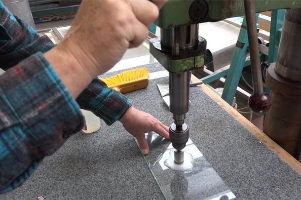 praktické ukázky řezání a vrtání skla.