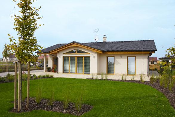 Dům jednoduchého obdélníkového tvaru  s nízkou sedlovou střechou a proskleným rizalitem  považují majitelé domu za optimální kompromis mezi starší zástavbou a moderní architekturou.