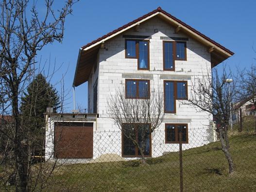 Netypická poloha domu se štítem kolmo navrstevnici si vyžádala zmenšení okna proti svahu vpřízemí. Spolu sdalšími okny vpatře aveštítu to pokládám zasmrtící koktejl.