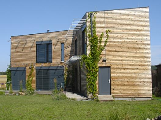 Krásný dům. Jak pracuje pod domem spodní voda či radon, ovšem zobrázků vidno není.