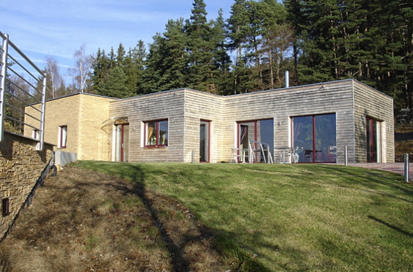 Krásné domy, jejichž majitelé isousedé nemusí obnovovat znovu aznovu svou schopnost žasnout, jdouce každý den kolem něčeho takového.