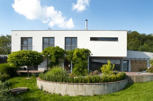 Architekt říká, že odprvopočátku počítal smoderními francouzskými okny umožňujícími krásný výhled, která navíc budou dávat pokojům vzdušnost jako balkony (jež zde obyvatelé díky obrovské terase nepotřebují).