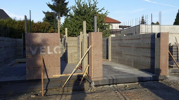 Tloušťka obvodové stěny Velox činí pouhých 34cm, což při zachování statických astavebně fyzikálních vlastností přispívá kzískání větší obytné či užitné plochy domu (Hoffmann).