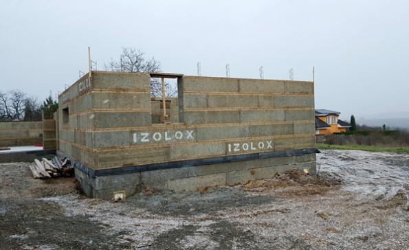 Stavební systém Izolox nabízí integrovanou tepelnou ochranu stěn istropů bez tepelných mostů. Tepelné azvukové izolace stěn uvnitř domu vytváří dokonalou pohodu akomfort obývání (TramVaz).