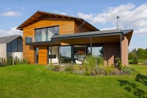 Majitelé si přáli přenést něco ze svobodného ducha stepních prérií Nového Zélandu do svého nového bydlení, a tak vznikl dům založený na otevřeném prostoru s velkým podílem přírodních materiálů a přiznanými dřevěnými konstrukcemi.