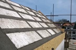 Parametry pasivních staveb dosahuje i stavební systém Ytong, z něhož lze postavit dům doslova od sklepa až po střechu. Přesněji – jak vidno na snímcích – včetně střechy. Pórobeton je 100% přírodním materiálem (XELLA).