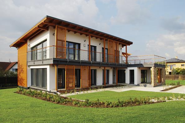 Kvalitní zateplení obvodových konstrukcí dřevostaveb snižuje spotřebu energie navytápění, případně chlazení, avkombinaci s řízeným větráním srekuperací se domy řadí mezi nízkoenergetické či pasivní (ATRIUM).