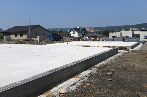 Tepelně izolovaná základová deska s vodorovnou hydroizolací pod betonovou mazaninou, připravená ke stavbě pasivního domu ze systému ztraceného bednění Velox (HOFFMANN).