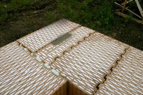 Vazba rohu z tvárnic Heluz Family 44 2in1 a doplňkových cihel. Keramická tvarovka je vyplněna polystyrenem, což dává celku pevnost i žádoucí tepelněizolační parametry. Zdí se na maltu, lepidlo nebo zdicí pěnu.