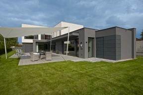 Protáhlá úzká parcela znamená pro stavitele vždy výzvu. Architektka Ivana Dombková navrhla natakovýto pozemek vrezidenční čtvrti vblízkosti Prahy vysoce komfortní moderní dům, který stísněným prostorem či nedostatkem volnosti rozhodně netrpí.