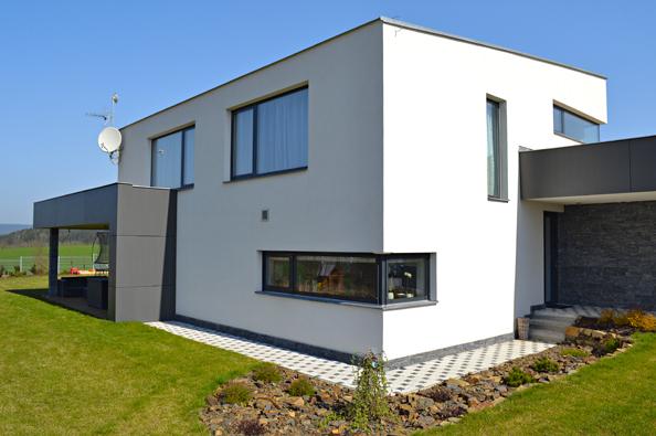 Okna adveře pro pasivní domy podléhají přísným požadavkům zejména natepelnou izolaci aspárovou průvzdušnost, která definuje, jak moc okna či dveře těsní (DAFE PLAST).