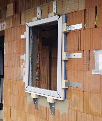 Dafe Purex (Dafeplast) je univerzální montážní systém, který byl vyvinut pro jakékoli okno pasivního či nízkoenergetického domu. Volit pak tedy můžete mezi plastovými, hliníkovými, popřípadě idřevěnými okny různých konstrukcí.