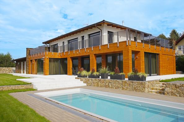 Rodinná vila moderního střihu vyrůstá  zrozměrné základny obložené polymerovými deskami dosubtilnější intimní zóny se třemi ložnicemi.