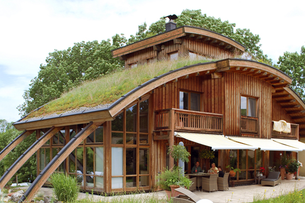 Ušikmých střech odsklonu 15º jsou nutná konstrukční opatření proti sjíždění substrátu. Naobrázku extenzivní strmě zelená střecha Optigreen.