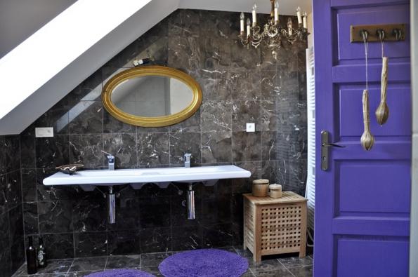 Nezvykle zvolená kombinace barev azařízení koupelny přesně vystihuje styl obyvatelek domu.