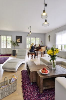 Konferenční stolky dopísmene L vybavené kolečky dosebe ideálně zapadají, fialový koberec svyšším vlasem vnáší doprostoru barevný akcent.