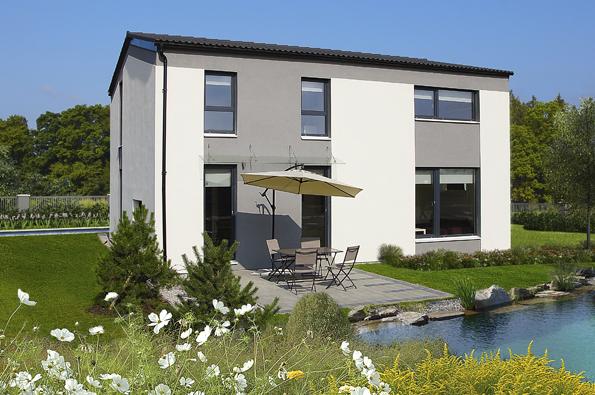 Fasáda domu je geometrická kompozice, která nabízí řadu kombinací – odbarevných omítek až porůzné typy obkladů (keramický, dřevěný...). Každý stavebník tak může realizovat svůj vkus avtisknout domu určitou míru originality.