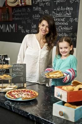 Márinka veskutečnosti Anetě pomáhá hlavně konzumovat sladké koláče, ale mohla by případně iservírovat.