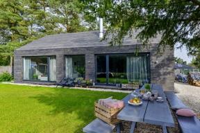 Dům postavený uKerského lesa dokazuje, že imladí lidé mohou bydlet vesvém, kvalitně, vpříjemném interiéru abez obrovského zadlužení.