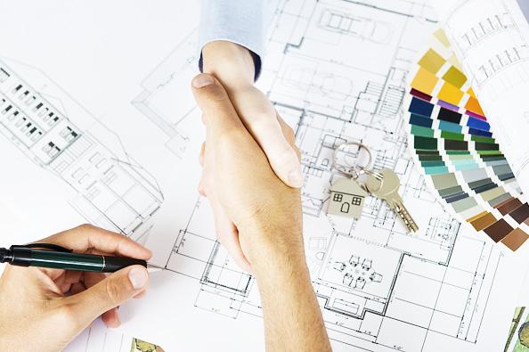 """Spolupráce s architektem při realizaci stavebního záměru má nemálo výhod, především možnost individuálního návrhu """"na míru"""". Než se ale do projektování naplno pustíte, budete si muset upravit vzájemná práva a povinnosti, což by mělo ústit v uzavření smlouvy."""