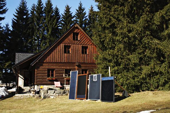 Teplovzdušné solární panely ohřívají vzduch, jenž je uváděn do pohybu vestavěným ventilátorem poháněným malým fotovoltaickým panelem.