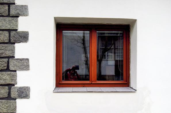 Vybavení kuchyně novou kuchyňskou linkou narazilo na nečekaný problém: spodní hrana okna ve zdi, ke které měla být linka přiražena, končila pod plánovanou úrovní pracovní desky linky. Bylo tedy nutné zmenšit stavební otvor a původní okno vyměnit za menší.