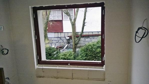Stavební otvor bylo třeba kvůli menšímu rozměru okna vespodní části dozdít. K tomu dobře posloužily tvárnice Ytong, které lze snadno nařezat pilkou na požadovanou velikost.