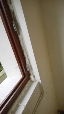 Popodezdění rámu ajeho zafixování pomocí montážní pěny aturbošroubů přišlo na řadu začištění vnějších špalet.