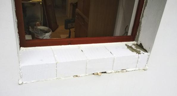 Navnější parapet se vrátily původní dlaždice, přilepené pomocí mrazuvzdorného lepidla.