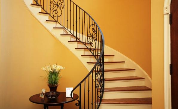 Pokud je přímé jednoramenné schodiště uzavřeno z obou stran zdí, osazuje se na stěnu alespoň po jedné straně madlo ve výšce zábradlí.