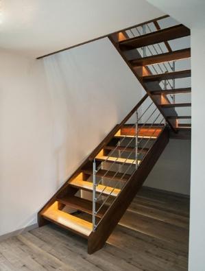 Efektivně řešené dvouramenné dřevěné schodiště Gaudeo se zábradlím z nerezu (SWN).