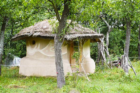 Ne každý si pod pojmem rodinný dům představí stavení se společným obývacím prostorem a několika ložnicemi v patře.