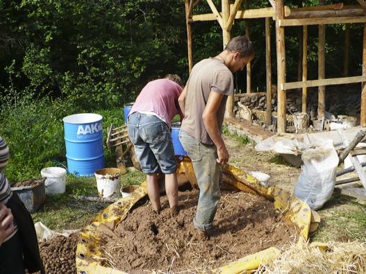 Vlastní prací při výrobě stavebního materiálu a během stavby domu lze značně ušetřit.