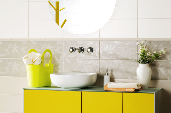 """Rostlinný dekor """"tón v tónu"""" tvoří decentní dekoraci vhodnou do velké i malé koupelny (série Easy, RAKO)"""