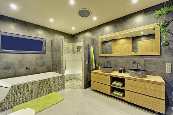 Využití konstrukční desky RigiStabil v koupelně. Impregnované jádro umožňuje její aplikaci ve vlhkém prostředí. Díky vysoké únosnosti (konzolové zatížení až 80 kg) na ni lze zavěsit i těžší předměty, například skříňky, zrcadla apod. (RIGIPS)