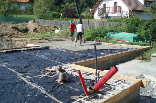 Čerpání betonu na plochu budoucí základové desky.